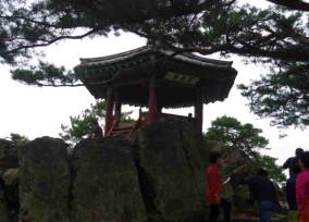 扶余山頂上落花岩に建つ百花亭